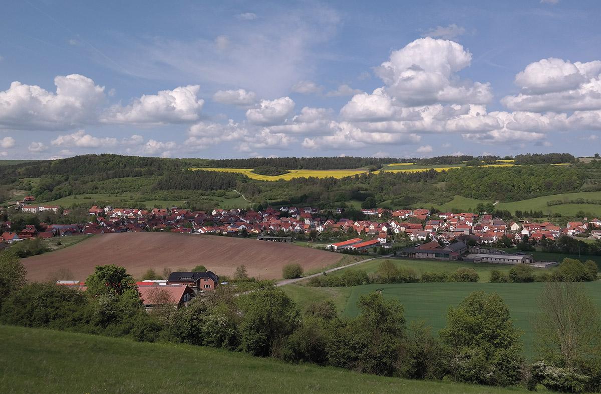 Panoramablick mit Acker vom Hof Roesebach